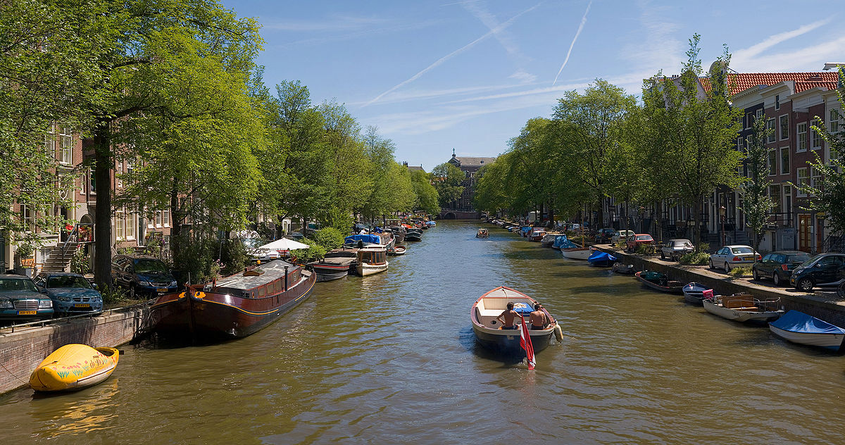 Sailing the canals is one of the top Weekend Attractions in Amsterdam ... Photo by CC user Diliff on wikimedia commons