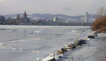 1024px-Frozen_Danube_Reichsbrücke